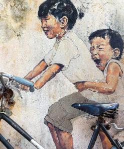 tableau street art 2 enfants sur un vélo George Town Penang